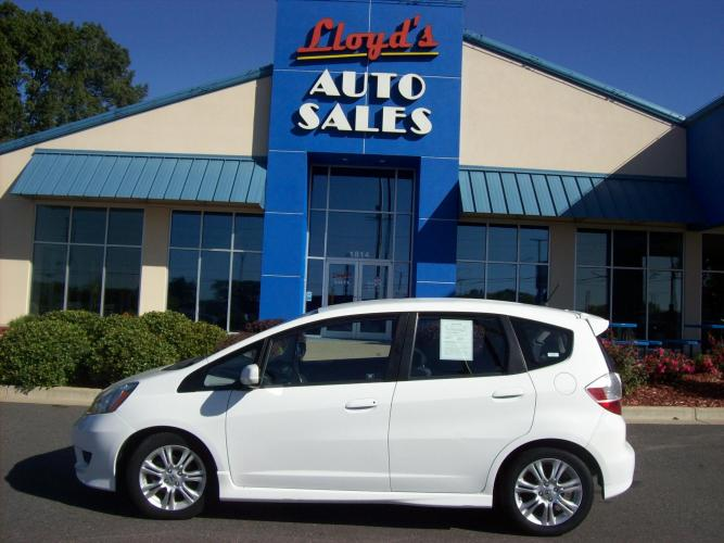 2009 WHITE /Gray/Cloth Honda Fit Sport 5-Speed AT (JHMGE88449S) with an 1.5L L4 SOHC 16V engine, 5-Speed Automatic Overdrive transmission, located at 1814 Albert Pike Road, Hot Springs, AR, 71913, (501) 623-1717, 34.494591, -93.094971 - Photo #0